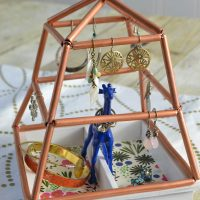 What a cool and creative way to hold jewelry! I love the himmeli structure to hold earrings.