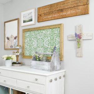 An EASY way to hang a gallery wall; this is just what I need! I love the farmhouse look to this gallery wall.
