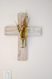 DIY wooden cross made from reclaimed wood and an old glass food jar. Perfect upcycled project for DIY home decor.