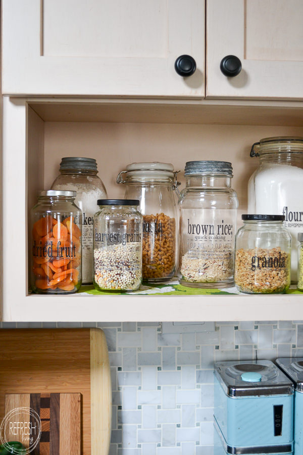 Free printable pantry labels including how to make clear labels for glass jars. These labels will help you to organize your dry foods in a pretty way.
