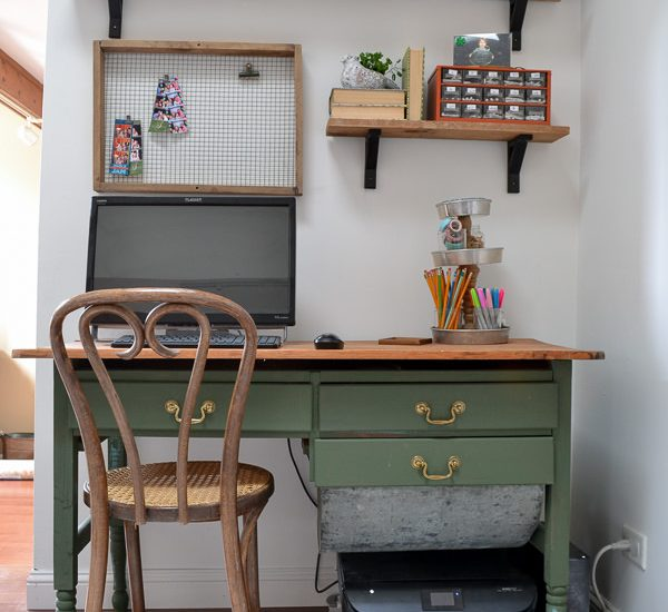 This green desk is perfection! Such a great idea to remove one of the drawers of this antique baker's table and turn it into a desk.