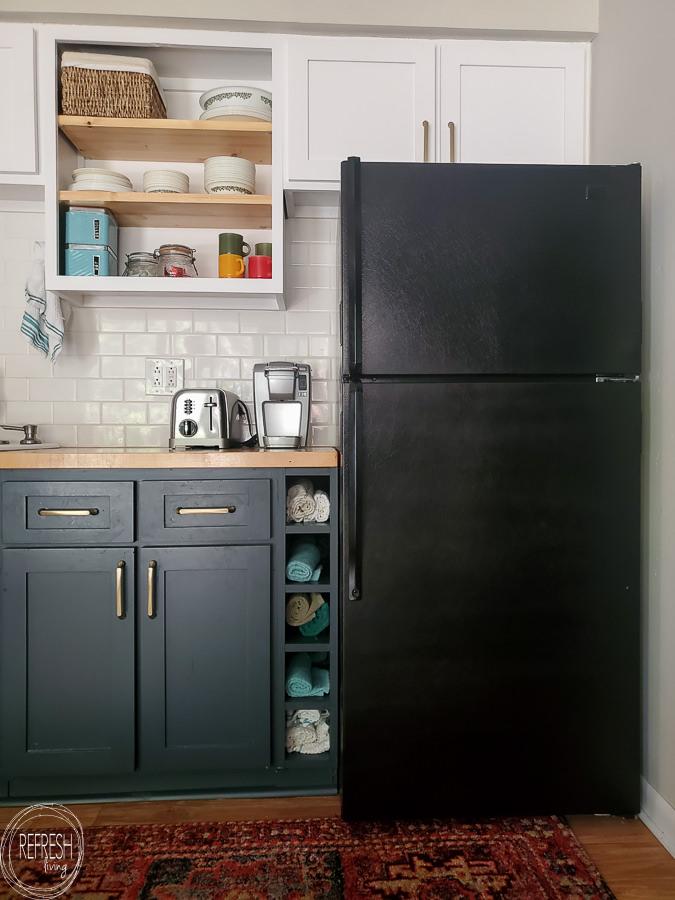Wie man einen Kühlschrank malt, um Rostflecken zu entfernen oder ihm ein aktualisiertes Aussehen zu verleihen.  Dieses Tutorial führt Sie durch alle Schritte und zeigt die beste Art von Farbe zum Malen eines Kühlschranks.