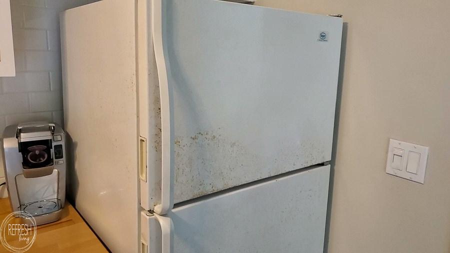 Wie man einen Kühlschrank malt, um Rostflecken zu entfernen.  Dieses Tutorial führt Sie durch alle Schritte und zeigt die beste Art von Farbe zum Malen eines Kühlschranks.
